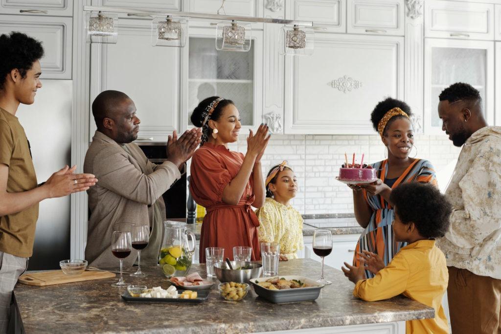 Une famille rénuie pour fêter un anniversaire