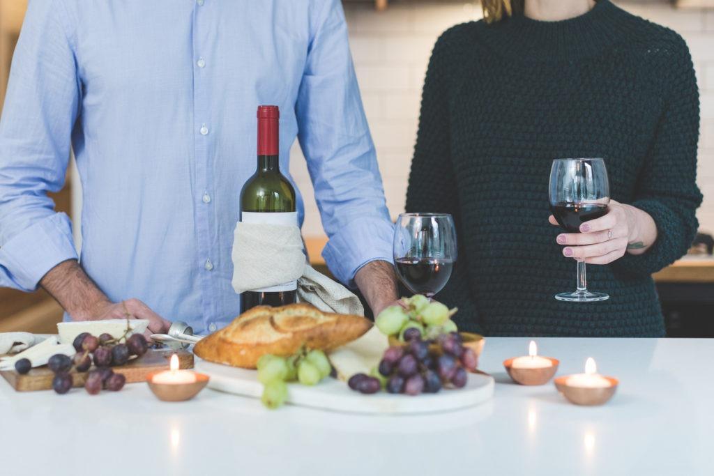 Dégustation de vins entre deux personnes