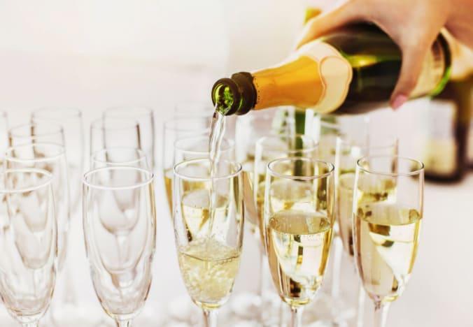 champagne servi dans des coupes