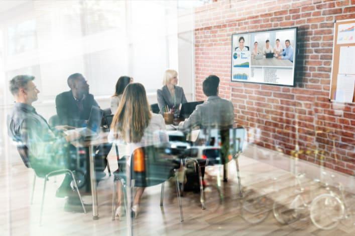réunion au format hybride dans un bureau