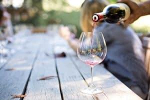 Un vin servi dans un verre à pied l