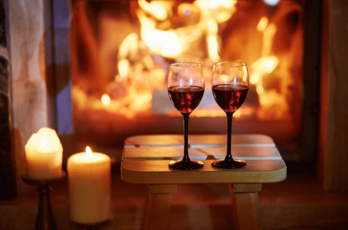 verres de vin face à une cheminée
