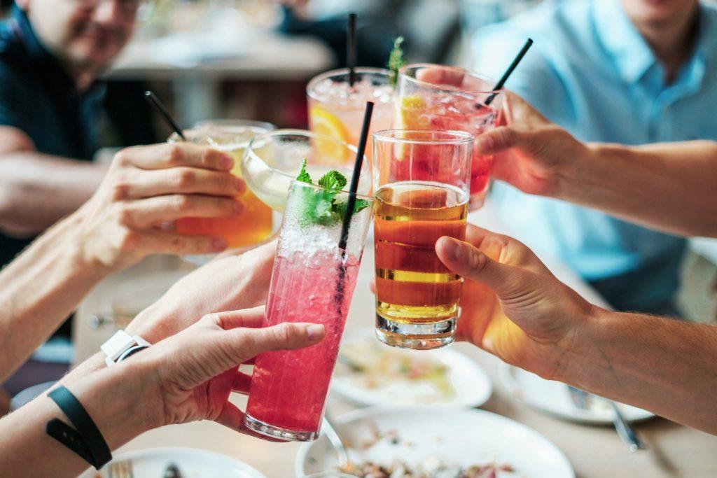 Soirée cocktails entre amis un soir d