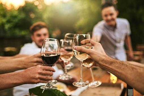 personnes qui tringuent avec vin rouge et du vin blanc