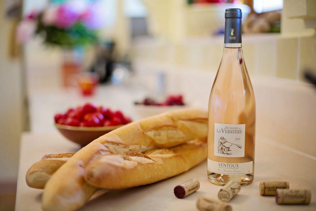 Vin rosé posé sur une table en été