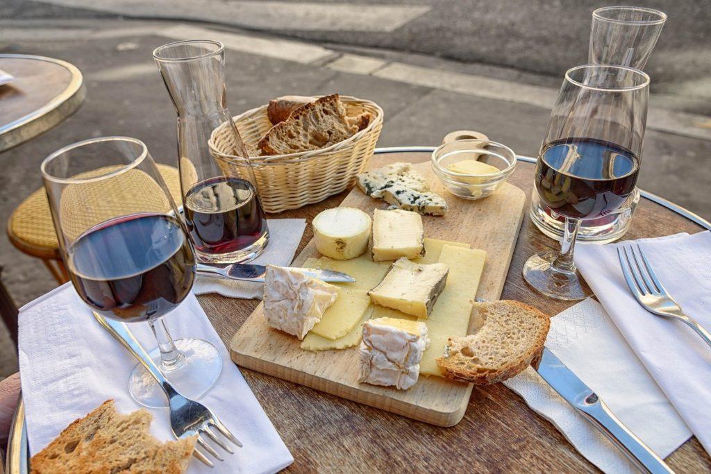 verre de vin rouge et planche des fromages français